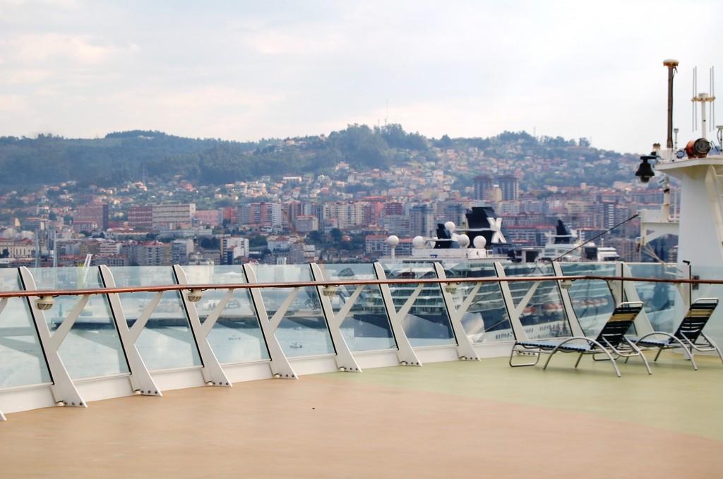 Vista de la cubierta del Oasis of the Seas atracado en Vigo