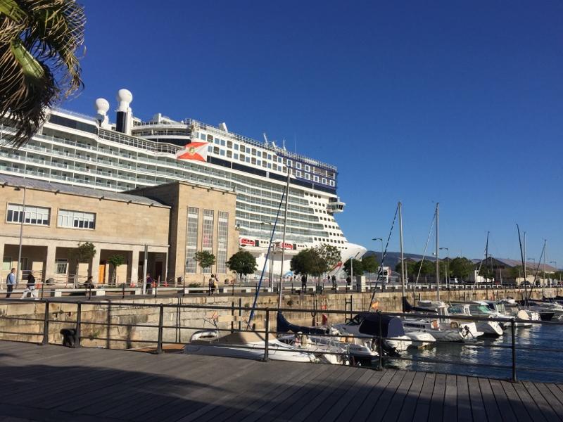 El Norwegian Epic hizo escala ayer en el Puerto de Vigo. Esta temporada de invierno navegará por el Mediterráneo, Canarias y Marruecos.