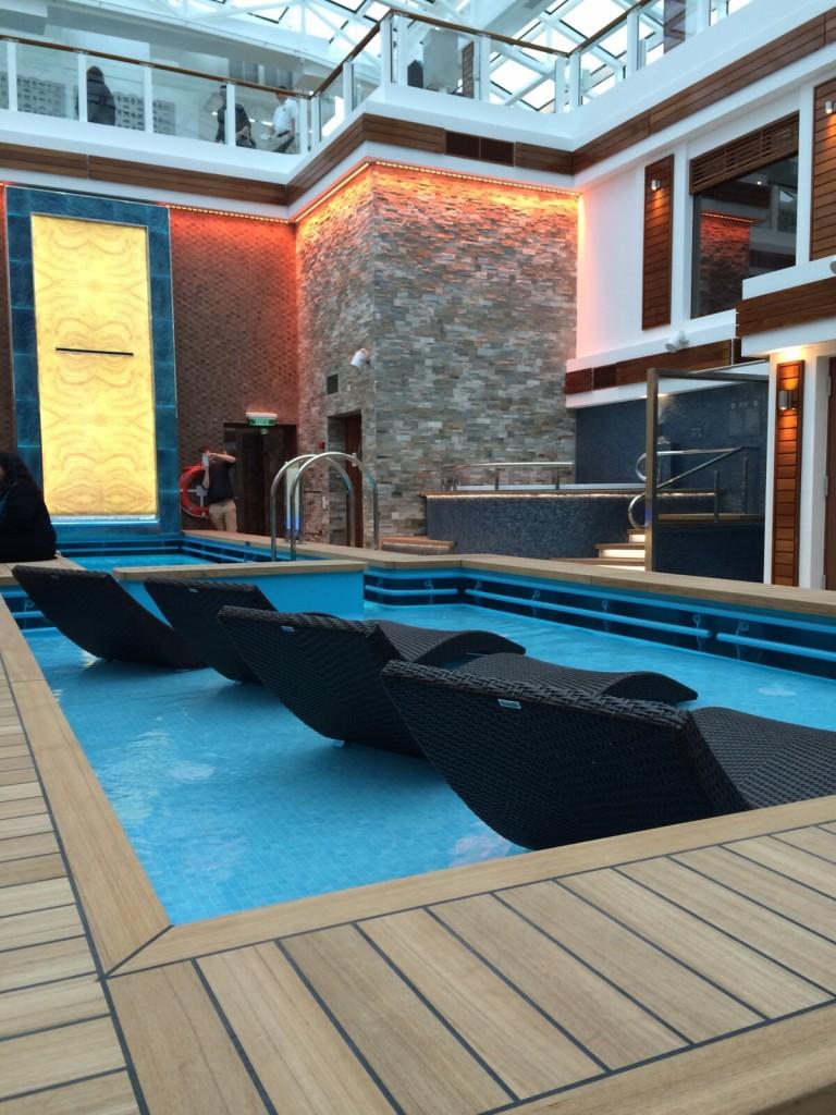 Disfruta de las piscinas y el jacuzzi a bordo del crucero Norwegian Escape