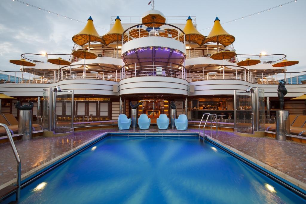 Piscina a bordo del Costa Fascinosa de Costa Cruceros. Foto Costa Cruceros.