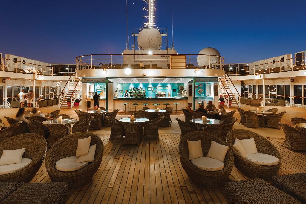 Vista del Bar Corniglia a bordo del crucero Costa NeoRiviera de Costa CrucerosCruceros por las playas del Mediterráneo